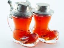 Klein glas dat met alcoholische drank wordt gevuld Stock Foto's