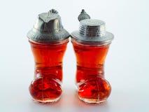 Klein glas dat met alcoholische drank wordt gevuld Stock Afbeeldingen