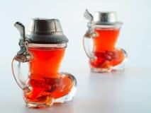 Klein glas dat met alcoholische drank wordt gevuld Stock Afbeelding