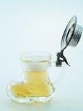 Klein glas dat met bier wordt gevuld Royalty-vrije Stock Fotografie