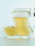 Klein glas dat met bier wordt gevuld Royalty-vrije Stock Afbeeldingen
