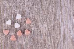 Klein hart gevormd suikergoed op een witte houten plank stock afbeelding