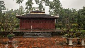 Klein heiligdomachtergedeelte van Bonsaibinnenplaats in de Pagode van Thien Mu in Tint, Vietnam stock fotografie