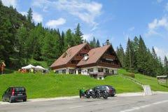 Klein hotel in het Alpiene dorp Royalty-vrije Stock Afbeeldingen