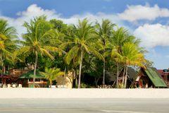 Klein hotel op strand Stock Afbeeldingen