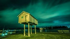 Klein houten huis bij nacht Stock Afbeeldingen