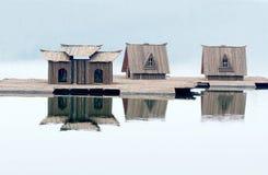 Klein houten huis op water Stock Afbeeldingen