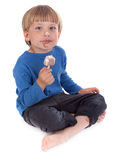 Klein jong geitje dat ijslollie eet royalty-vrije stock fotografie