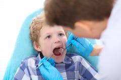 Klein jong geitje, geduldige bezoekende specialist in tandkliniek royalty-vrije stock fotografie