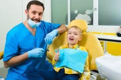 Klein jong geitje, geduldige bezoekende specialist in tandkliniek royalty-vrije stock foto