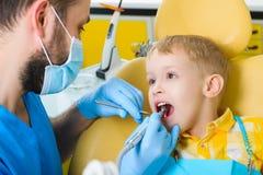 Klein jong geitje, geduldige bezoekende specialist in tandkliniek Stock Foto