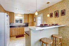 Klein keukengebied met granietbovenkanten, witte toestellen royalty-vrije stock afbeelding