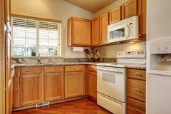 Klein keukengebied met witte toestellen Royalty-vrije Stock Foto