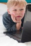 Klein kind dat door Internet wordt gefascineerd royalty-vrije stock foto