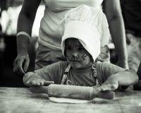 Klein kind die eigengemaakte cake koken, die deegrol met oma op keuken, zwart-witte foto met behulp van Stock Foto's