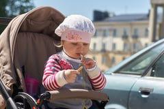 Klein kind in een kinderwagen royalty-vrije stock afbeeldingen
