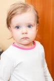 Klein kind met blauwe ogen Stock Foto's