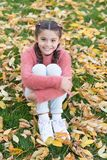 Klein kind met de herfstbladeren De herfstbladeren en aard Gelukkig meisje in de herfst bos Gelukkige kinderjaren school stock afbeelding