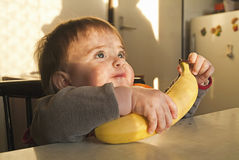 Klein kind met een banaan Stock Foto's