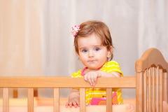 Klein kind met een haarspeld die zich in voederbak bevindt stock foto