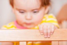 Klein kind met een haarspeld die zich in voederbak bevindt Vage achtergrond royalty-vrije stock afbeelding