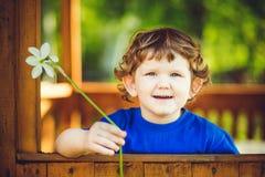 Klein kind met een witte bloem in haar hand Stock Foto's