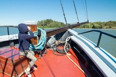Klein kind op de zeilboot op overzees en archipel bij zonnige de zomerdag in Naantali, Finland royalty-vrije stock afbeeldingen