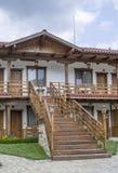 Klein land twee vloerenhotel met externe trap Stock Afbeelding