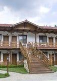 Klein land twee vloerenhotel met externe trap Stock Foto's