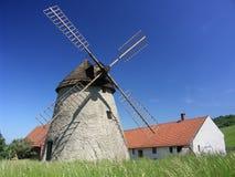 Klein landbouwbedrijf met windmolen stock fotografie