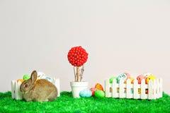 Klein leuk konijntje met paaseieren Stock Foto