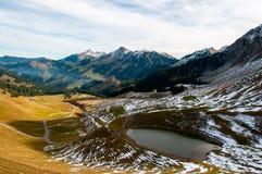 Klein meer bij de basis van Kaiseregg Piek, Zwitserse Prealps stock foto