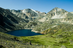 Klein Meer in de bergen in Altai Stock Afbeeldingen
