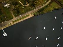 Klein meer met boten royalty-vrije stock afbeeldingen