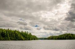 Klein meer met eiland Stock Foto's