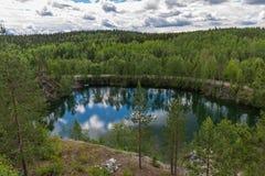 Klein meer niet verre van het park Ruskeala Stock Foto