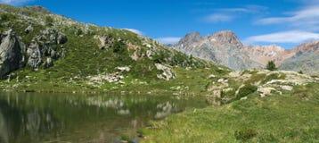 Klein meer op de Italiaanse alpen Stock Fotografie