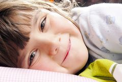 klein Meisje dat camera bekijkt stock afbeeldingen