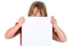 Klein meisje dat leeg document draagt dat op wit wordt geïsoleerdr Stock Afbeeldingen