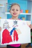 Klein meisje die een mooie tekening houden Stock Afbeelding