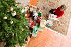 Klein meisje die haar brief schrijven aan Kerstman Stock Fotografie