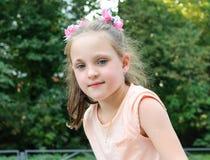 Klein meisje die pret op de speelplaats in het park hebben Royalty-vrije Stock Foto's