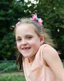 Klein meisje die pret op de speelplaats in het park hebben Royalty-vrije Stock Foto