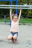 Klein meisje die sportenoefeningen in het park doen Royalty-vrije Stock Fotografie