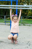 Klein meisje die sportenoefeningen in het park doen Royalty-vrije Stock Afbeeldingen