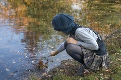 klein meisje hierboven - water Stock Fotografie