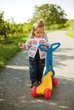 Klein meisje met autoped Royalty-vrije Stock Fotografie