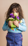 Klein meisje met bloem Stock Afbeelding