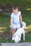 Klein meisje met de hond stock fotografie