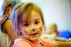 Klein meisje met het art. van het kattengezicht Royalty-vrije Stock Fotografie